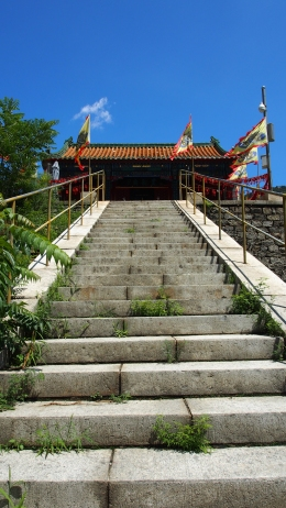 The pagoda at the end of the climb, overlooking the valleys.