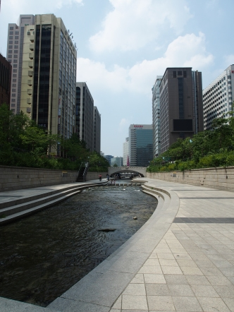 The Cheonggyecheon is an almost 11k long waterway flowing from the south of Gwanghwamun Square to Dongdaemun, passing under historic structures and through present-day Seoul. Originally a popular laundry spot and playground, it has now become a popular area for Seoul citizens to relax at.