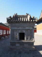 Built around 1530, this furnace was used to burn the paper or silk prayers offered vor sacrifices to the eminent ministers and generals whose tablets appear in the Imperial Temple. Rebuilt in 2004.