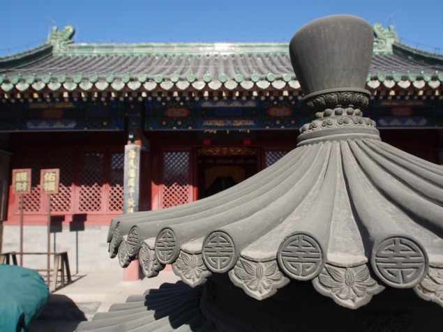 Details on the rood of the incense oven in front of Guan Di Temple.