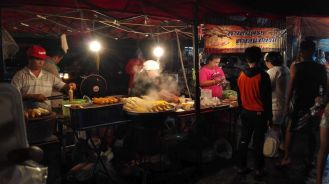 Vendors selling corn at the Bang Ian Night Market.