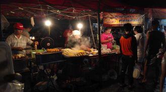Vendors selling corn at the Bang Ian Night Market.